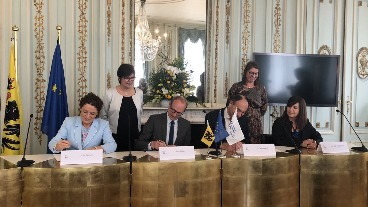 Signing loan facility   Oosterweel by  minister weyts, minister peeters and  EIB